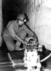 Sergei instalando equipo laser durante investigacion geofisica