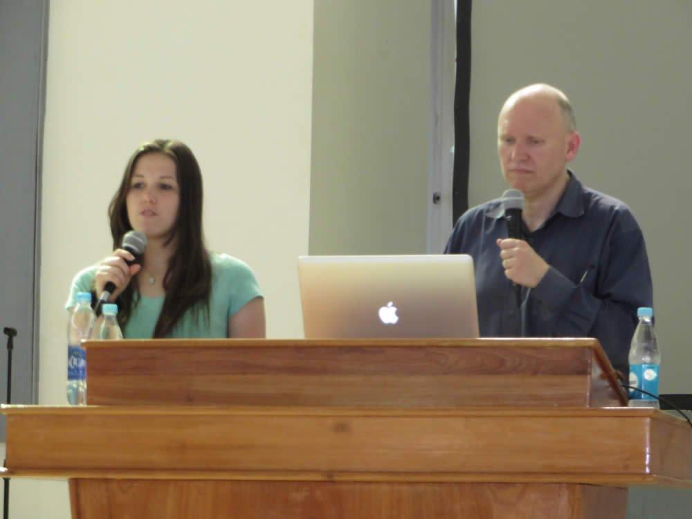 Steve Fazekas y Steve Ham delante del Instituto Bíblico Buen Samaritano en San Marcos
