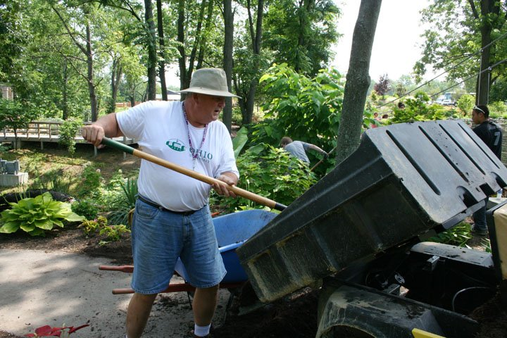 volunteers-at-aig-7-8-08-024.jpg