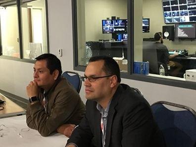Fernando y Joel trabajando en la transmisión del evento por internet en FBK y televisión.