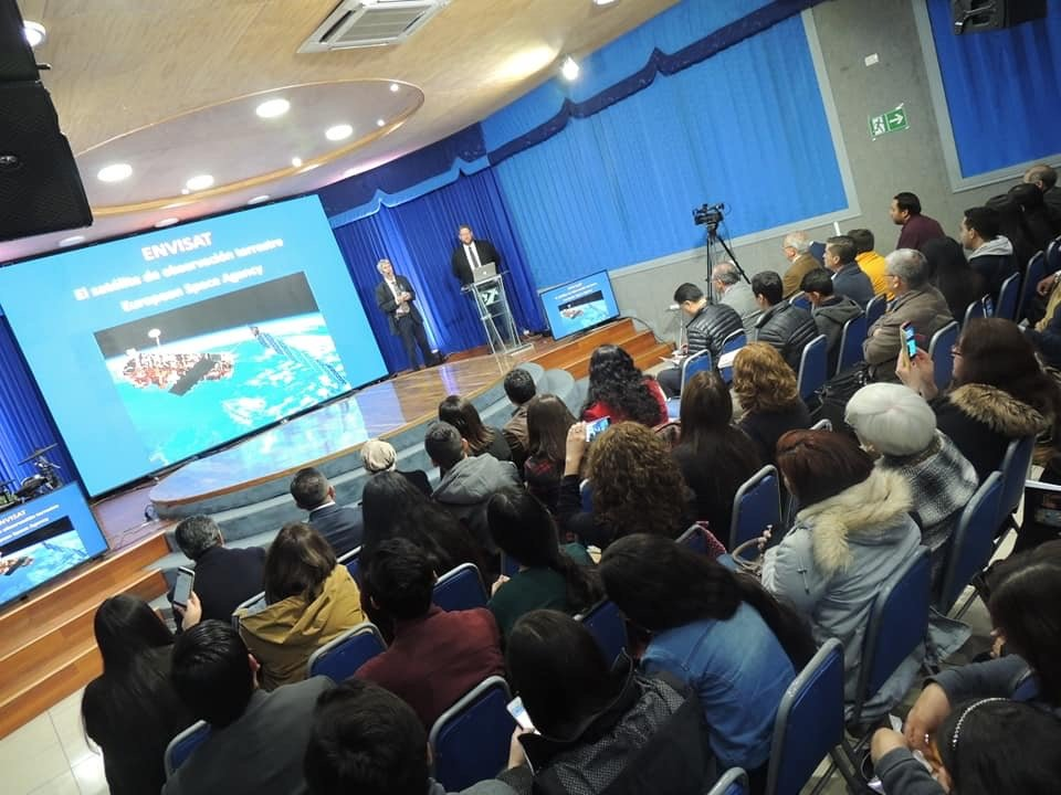 Inicio de las conferencias en Chillán. El Dr. Stuart Burgess comparte sobre el diseño en la creación y como ha fomentado su trabajo en diseño.