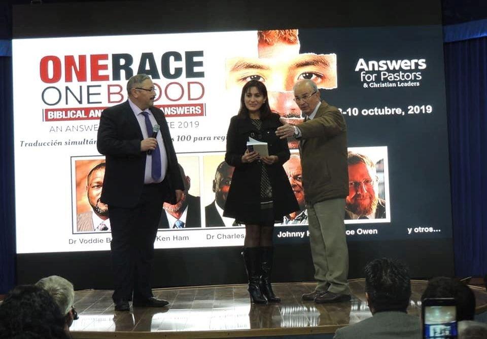 La gobernadora Paola Becker Villa en una de las conferencias de Respuestas en Génesis.