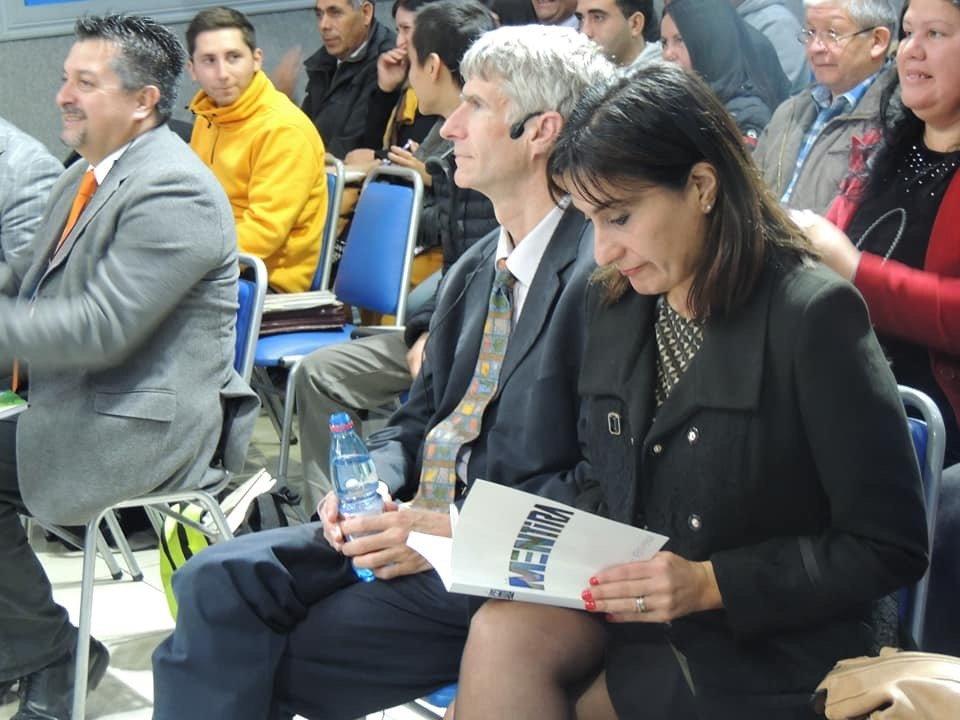 La gobernadora Paola Becker Villa lee el libro La mentira de Ken Ham mientras espera el comienzo de la conferencia.