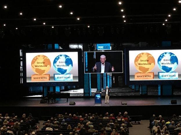 Ken Ham durante su presentación, exponiendo la diferencia entre una cosmovisión secular y la cosmovisión bíblica.