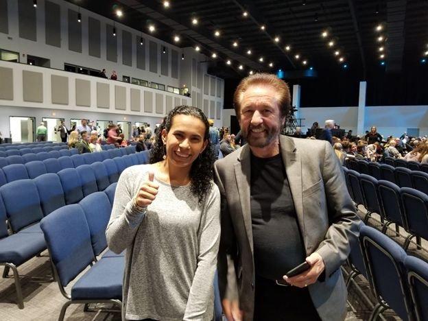 María del Pilar Pierce del equipo de Respuesta en Génesis y Ray Comfort luego de una charla dada por él.